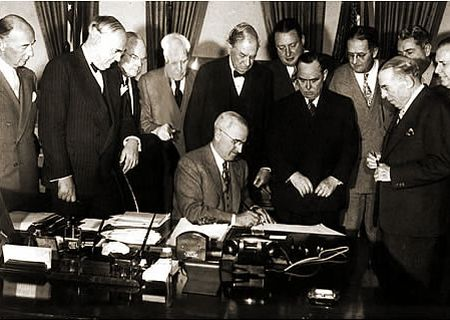 Presedintele Truman semneaza Planul Marshall